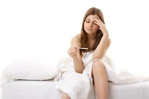 Mujer tomándose la temperatura