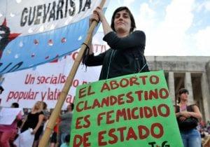 Mujer con pancarta en contra del aborto clandestino en el día internacional por la despenalización del aborto