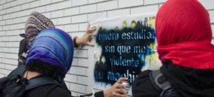 Mujeres realizan grafitis contra acoso sexual en la UNAM