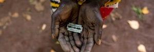 Manos de mujeres sostienen una navaja con la que se realiza la mutilación genital femenina