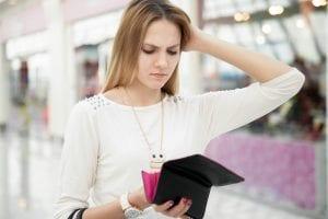 Mujer mira preocupada su cartera